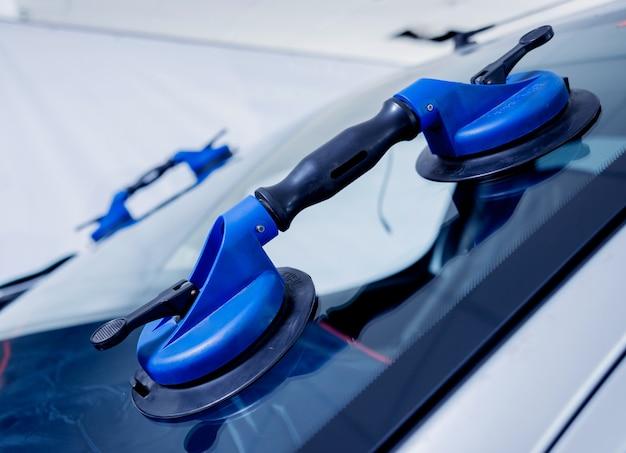 ウインドスクリーンを交換するための自動車用ガラス器具。オートサービスステーションのガレージ。