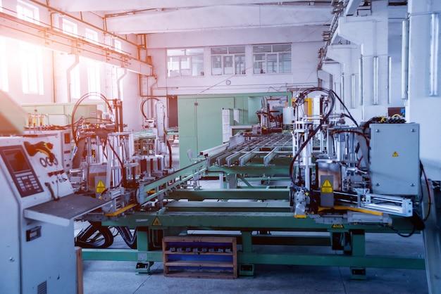 Завод по производству алюминиевых и пвх окон и дверей. детали промышленного оборудования.