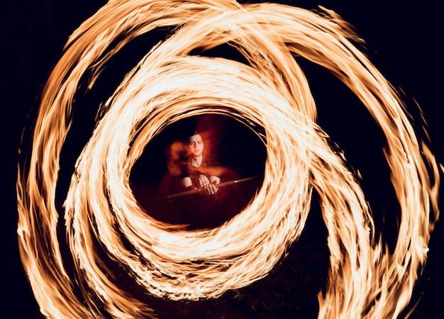 Огненное шоу. огненное представление ночью.