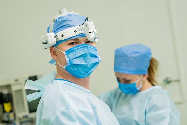 現代の処置室の外科医の肖像画。バックグラウンド