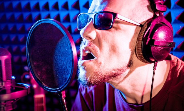 歌手はレコーディングスタジオでマイクを使って歌います。