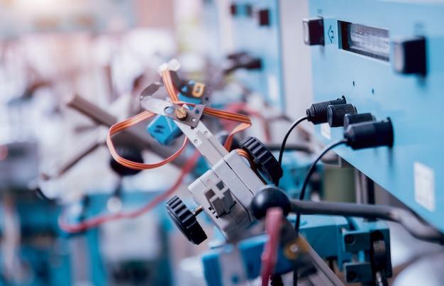 電気設備。電気ケーブルとクリンパ。電気メーター