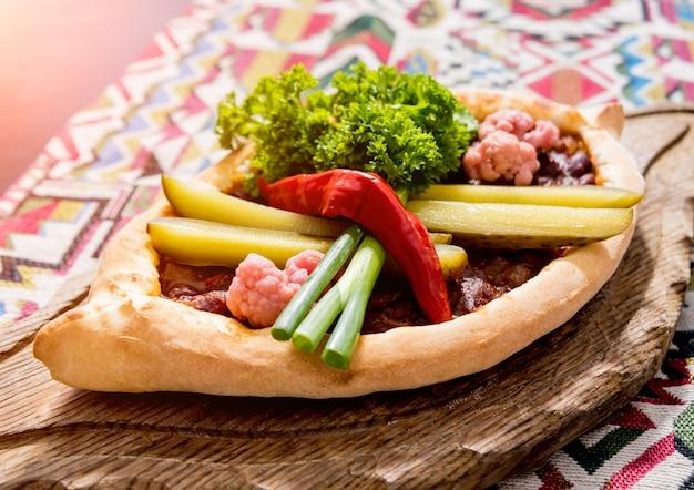 ハチャプリとチーズ、野菜、卵。グルジアの郷土料理。飲食店。