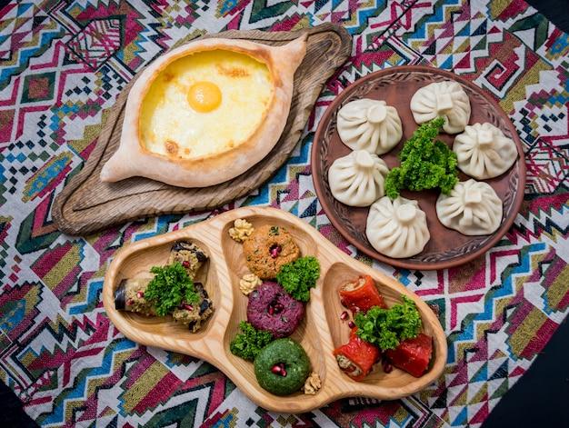 グルジア料理セット。ハチャプリ、ドルマ、サティビ、ヒンカリ、プカリ。グルジア料理店。バックグラウンド