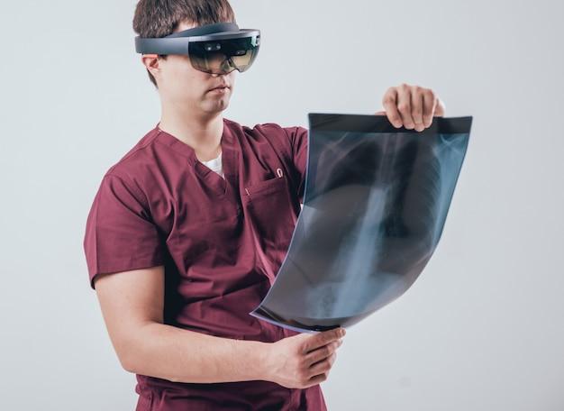 Доктор использует очки дополненной реальности для исследования рентгеновского снимка с человеческим скелетом