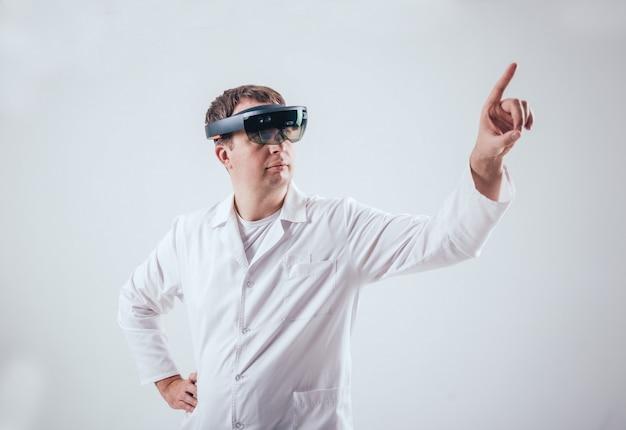 医師は拡張現実ゴーグルを使用します。