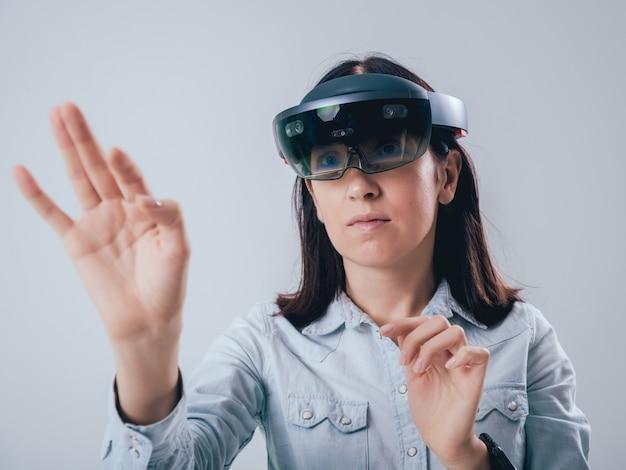 拡張現実ゴーグルを着ている女性。