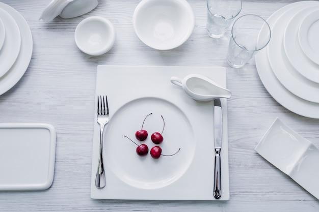 レストランで美しい装飾が施されたテーブル。明るい背景。