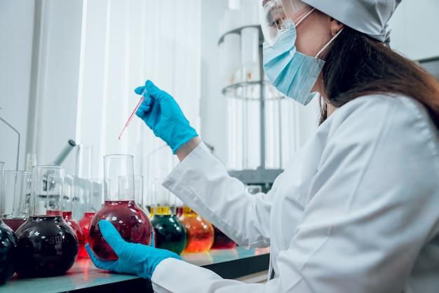 実験室で働いている科学技術者。