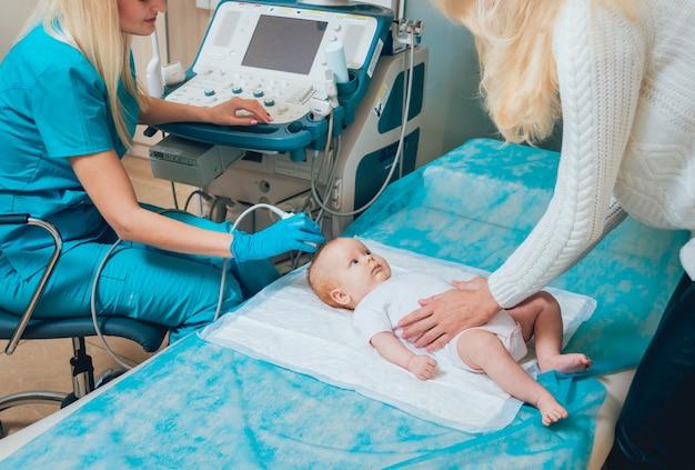Доктор и маленький мальчик пациент. ультразвуковое оборудование. диагностика. сонография.