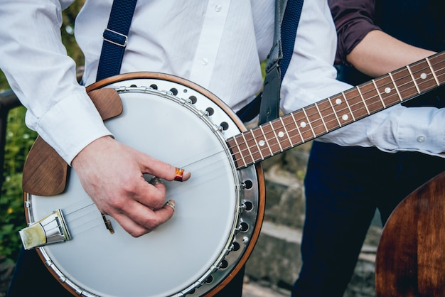 通りでバンジョーを演奏するミュージシャンのビュー