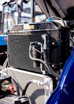 Современный новый сельскохозяйственный тракторный двигатель. механизмы и оборудование