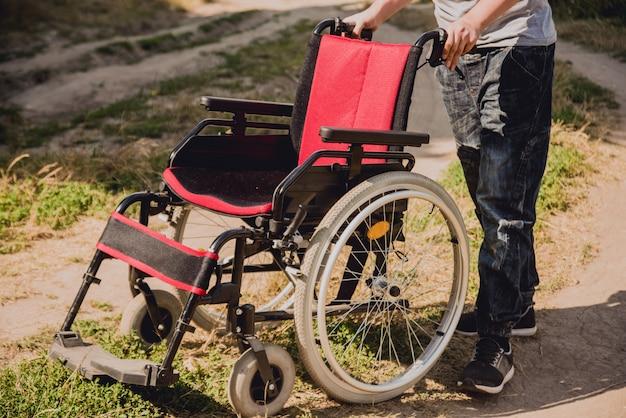 Инвалид отдыхает в кемпинге с друзьями. инвалидная коляска в лесу