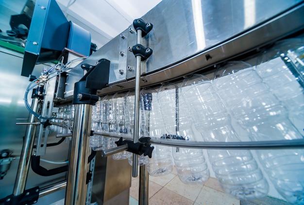 ひまわり油の瓶詰めライン。植物油製造プラント。ハイテク。