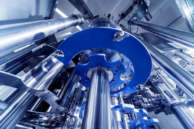 Автоматическая разливочная машина наливает воду в пластиковые пэт-бутылки. пивоваренное производство.