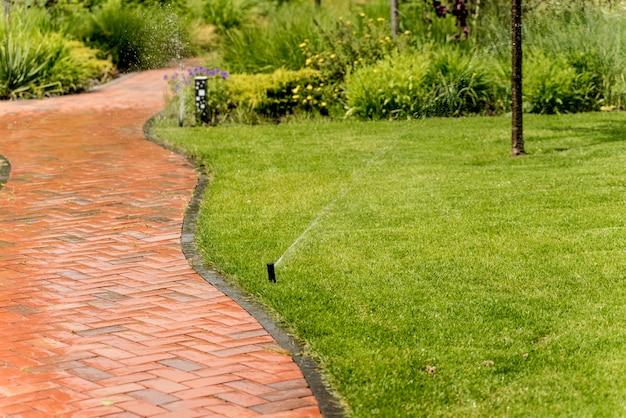 庭の芝生に水をまく灌漑システム。