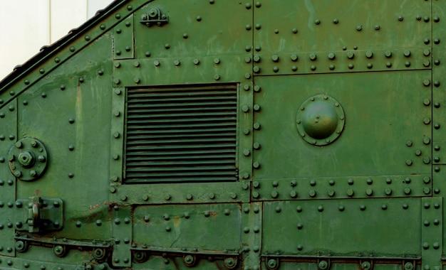 古いイギリスの戦車。第一次世界大戦。
