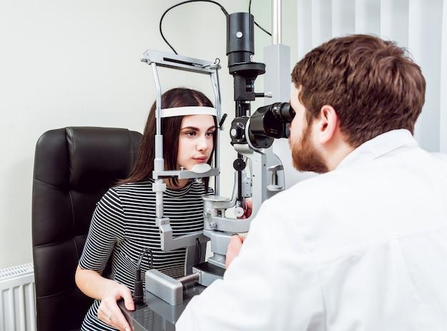 スリットランプ検査。前眼部の生体顕微鏡検査。基本的な目の検査。