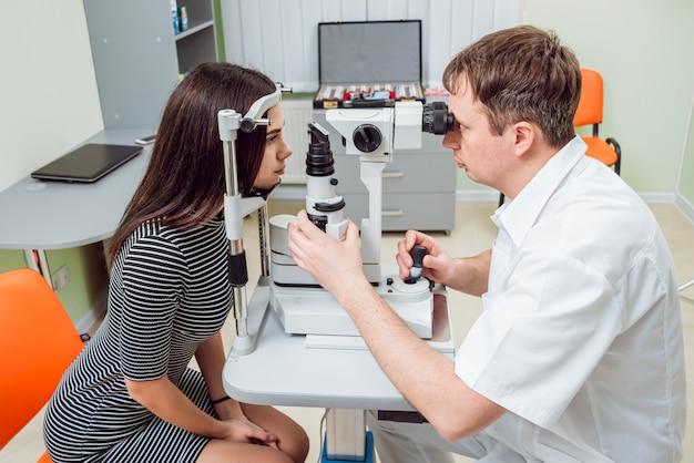 スリットランプ検査。前眼部の生体顕微鏡検査。
