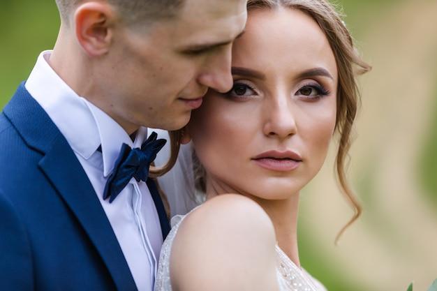 若いカップルの官能的な肖像画。屋外の結婚式の写真