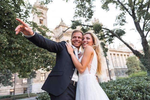 素晴らしい笑顔の結婚式のカップル。きれいな花嫁とスタイリッシュな新郎。