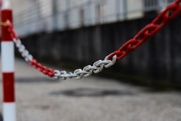 Красные и белые цепи для обозначения легальной парковки.