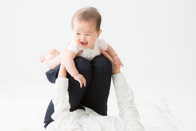 遊ぶ母親と赤ちゃん