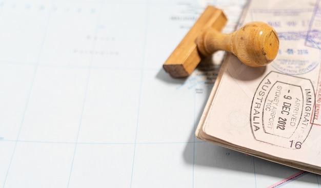 Страницы паспорта с большим количеством визовых штампов.