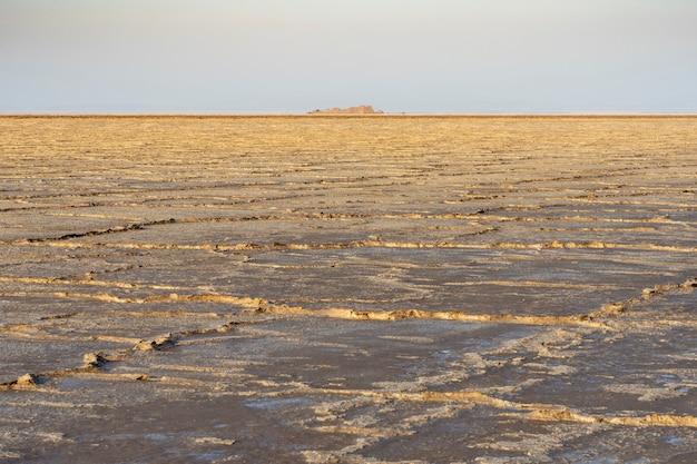 Соляные равнины озера асале в данакильской впадине в эфиопии, африка.