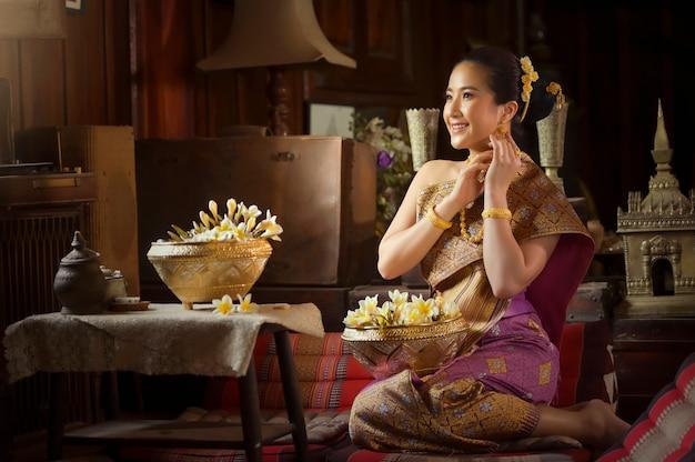 Красивые лаосские женщины нося традиционный костюм лаоса, азиатскую девушку нося традиционную культуру лаоса, винтажный стиль, традиционный из костюма лаоса.