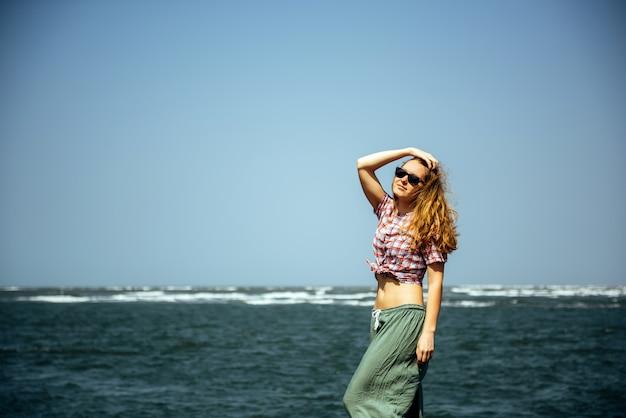 若いセクシーな女の子夏の休日海でリラックスした素敵な暑い日、カジュアルウェア、お楽しみください、幸せな女、リラックス、旅行、魅力的、スタイル、モデル