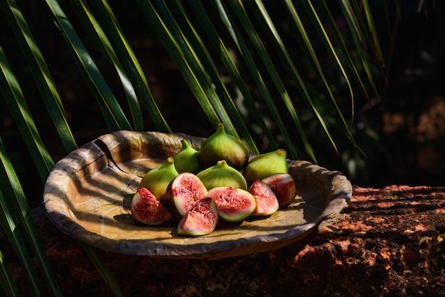 自然なメイドプレート上の新鮮なイチジクのスライス
