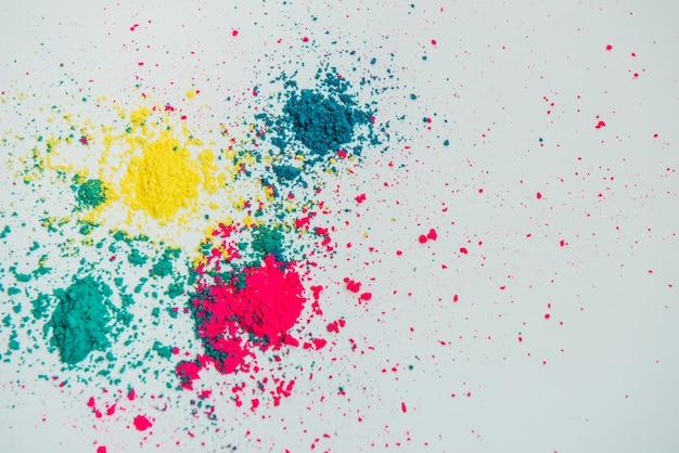 白い背景の上に混合された抽象的な多色パウダー