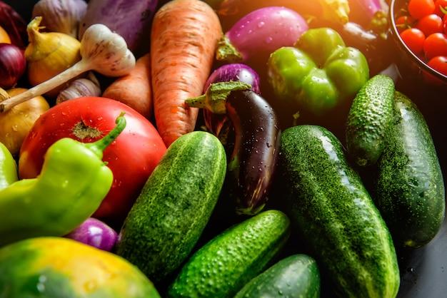 さまざまな野菜の山、新鮮な野菜に水滴