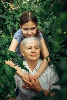 小さな女の子が祖母を抱きしめる
