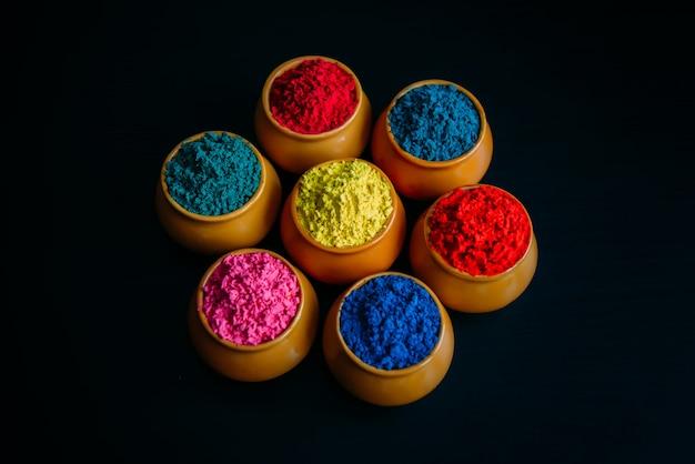 Яркие краски для индийского праздника холи в глиняных горшочках