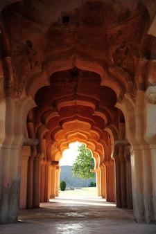 アーチ型の廊下にあるロータスマハール寺院の複雑な彫刻