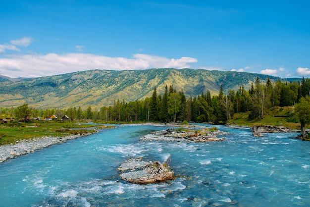 山の川と緑の岩、シベリア、アルタイ共和国、ロシアのアルタイ風景