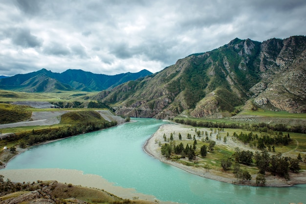 Живописный вид на слияние двух горных рек. катунь и чуя против алтая, россия