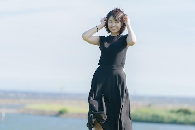 黒のドレスでアジアの若い女性