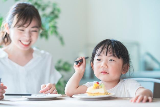 自宅の食卓でケーキを食べる