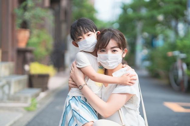 Азиатская мама и дочь в масках