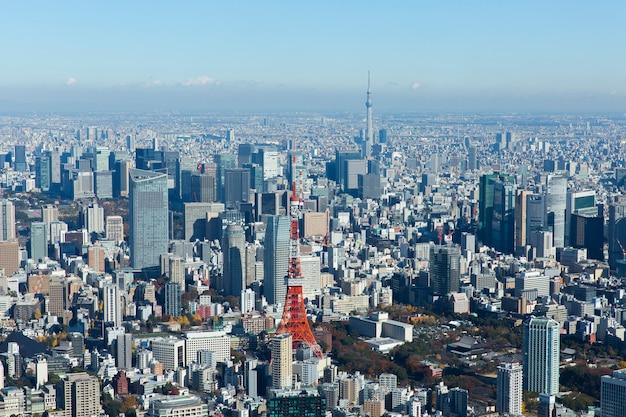 Аэрофотоснимок с изображением токийской башни и небесного дерева