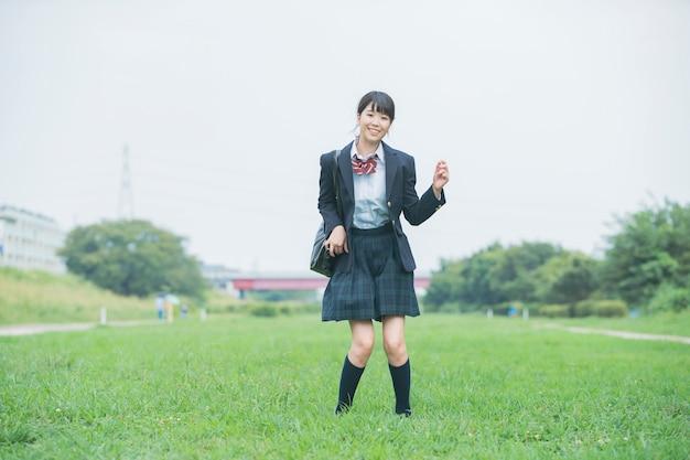 Девочка средней школы прыгает
