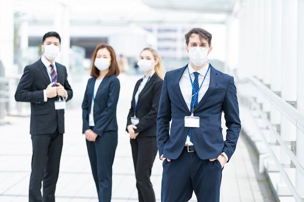 マスクを身に着けているビジネスチーム