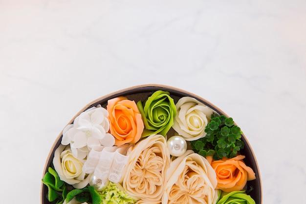 丸いバケツの花