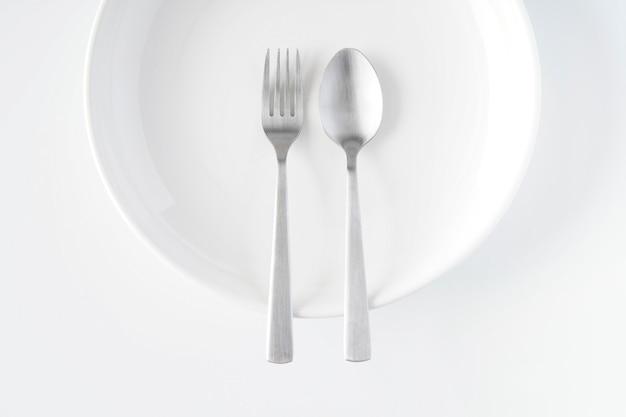 白い皿、フォーク、スプーン
