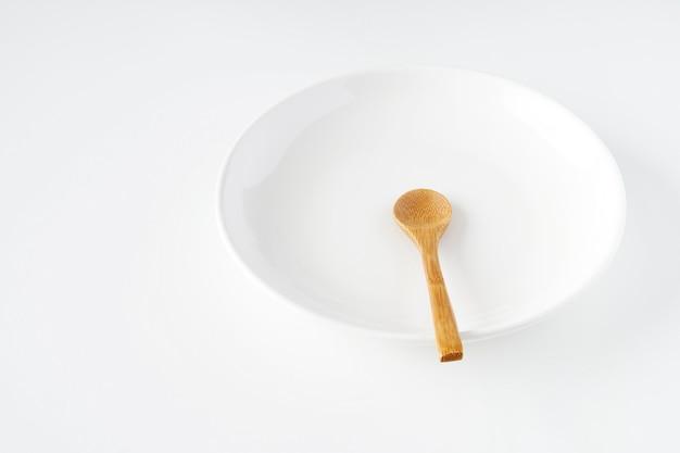 白い皿と木のスプーン