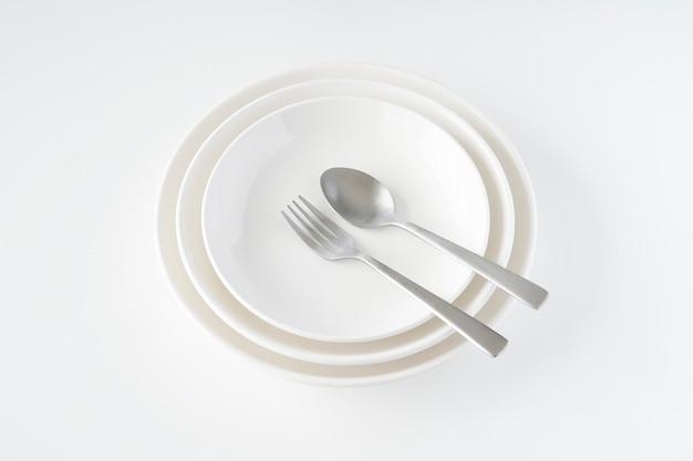 白いお皿、フォーク、スプーン