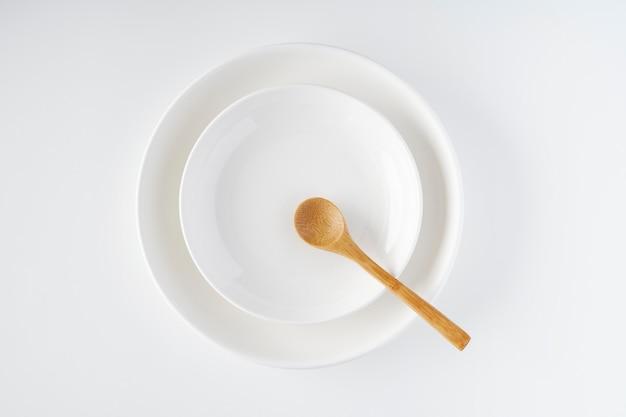 白いお皿、木のスプーン